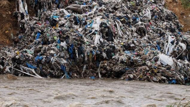 النفايات تتجمع على ضفاف نهر بيروت بسبب الامطار الغزيرة، 25 اكتوبر 2015 (ANWAR AMRO / AFP)