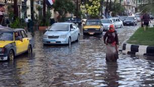 شوارع الإسكندرية المغمورة بالمياه بعد سقوط امطار غزيرة، 25 اكتوبر 2015 (STR / AFP)