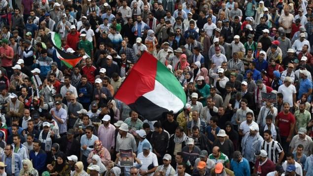 الالاف يتظاهرون في الدار البيضاء في المغرب تضامنا مع الفلسطينيين، 25 أكتوبر 2015 (FADEL SENNA / AFP)