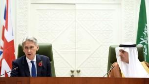 وزير خارجية السعودية عادل الجبير في مؤتمر صحافي مع نظيره البريطاني فيليب هاموند في وزارة الخارجية السعودية في الرياض، 28 اكتوبر 2015 (FAYEZ NURELDINE / AFP)