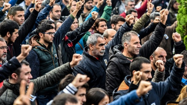 المشاركون بتشييع جثمان ديلك دوغان يرفعون أيديهم في إسطنبول، 26 أكتوبر 2015 (OZAN KOSE / AFP)