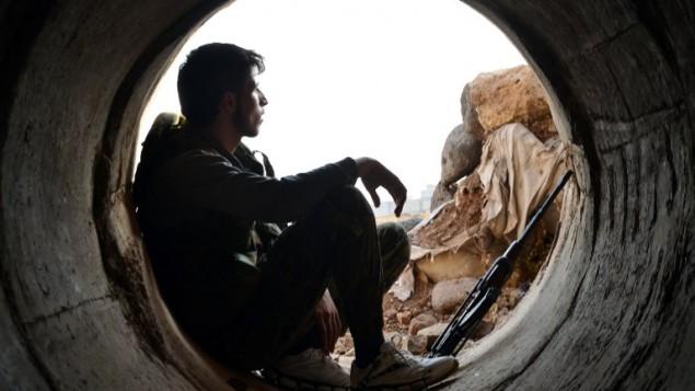 مقاتل من فصائل المعارضة السورية يستريح في ضواحي محافظة حمص، 19 اكتوبر 2015 (MAHMOUD TAHA / AFP)