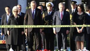 الرئيس التركي رجب طيب اردوغان يضع اكليلا من الزهر في ذكرى ضحايا هجوم انقرة مع الرئيس الفنلندي ساولي نينيستو وزوجتيهما، 14 اكتوبر 2015 (ADEM ALTAN / AFP)