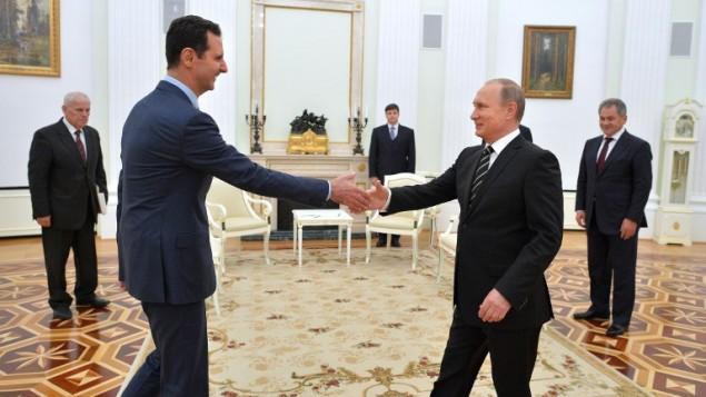 الرئيس الروسي فلاديمير بوتين يرحب بالرئيس السوري بشار الأسد في الكرملين في موسكو، 20 اكتوبر 2015 (ALEXEY DRUZHININ / RIA NOVOSTI / AFP)
