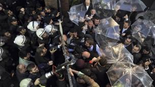 اشتباكات بين الشرطة التركية وموظفي محطتي بوغون وكانال-تورك اللتين تنتميان الى مجموعة الداعية فتح الله غولن في اسطنبول، 28 اكتوبر 2015 (MEHMET ALI POYRAZ / ZAMAN DAILY / AFP)