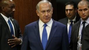 رئيس الوزراء الإسرائيلي بينيامين نتنياهو يصل للقاء مع الأمين العام للأمم المتحدة بان كي مون خلال الدورة ال70 للجمعية العامة للأم المتحدة في مقر الأمم المتحدة في مدينة نيويورك، 1 أكتوبر، 2015. (AFP/Kena Betancur)