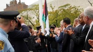 العلم الفلسطيني اثناء رفعه للمرة الاولى امام مقر الأمم المتحدة في نيويورك، 30 سبتمبر 2015 (Spencer Platt/Getty Images/AFP)