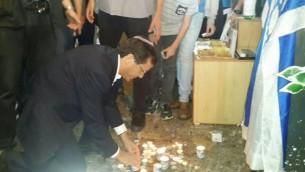 زعيم المعارضة يتسحاق هرتسوغ يضيء شمعة في الموقع الذين قُتل فيه نحاميا لافين وأهرون بانيتا بعد تعرضهما للطعن في البلدة القديمة في الأسبوع الماضي. الخميس، 8 أكتوبر، 2015. (Isaac Herzog's Facebook page)