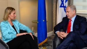 وزيرة خارجية الإتحاد الأوروبي فيديريكا موغيريني (من اليسار) خلال لقاء مع رئيس الوزراء بينيامين نتنياهو في نيويورك، 30 سبتمبر، 2015. (Courtesy PMO)