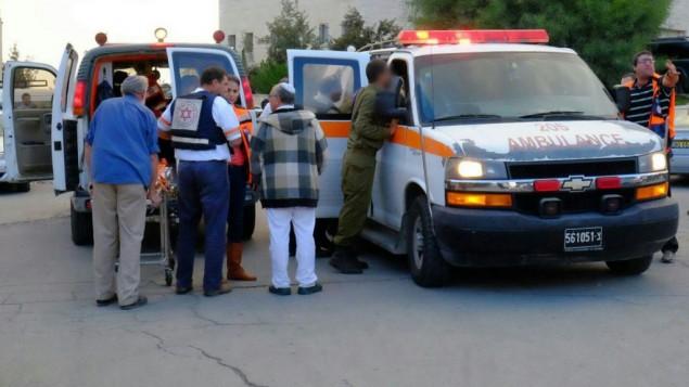 طواقم الإسعاف تصل إلى موقع هجوم الطعن في مفرق غوش عتصيون في الضفة الغربية، 28 أكتوبر، 2015. (Aba Ritzman/Magen David Adom)