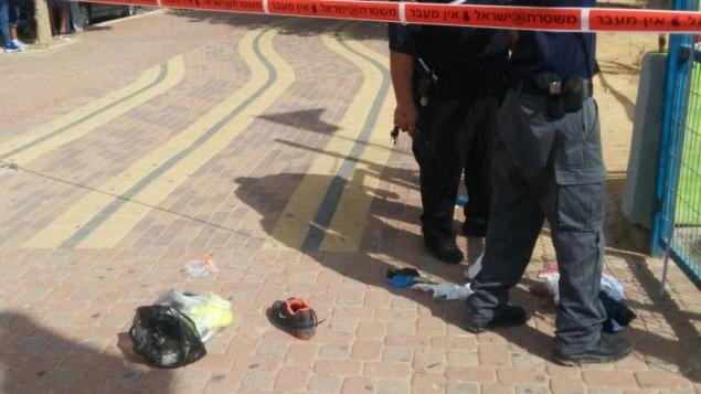 الشرطة الإسرائيلية في موقع الهجوم الذي قام به رجل يهودي بطعن فلطسيني في مدينة ديمونا الجنوبية الجمعة، 9 أكتوبر، 2015. أُصيب في الهجوم أيضا 3 عرب آخرين. (Dimona Police Department)