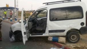 السيارة التي استخدمها فلسطيني لتنفيذ هجوم دهس في مفرق غوش عتصيون في الضفة الغربيية جنوب القدس (Magen David Adom)