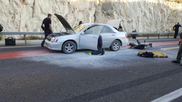 الشرطة قي موقع محاولة الهجوم الإنتحاري بالقرب من معاليه أدوميم، شرقي القدس، صباح الأحد، 11 أكتوبر، 2015. (الشرطة الإسرائيلية).