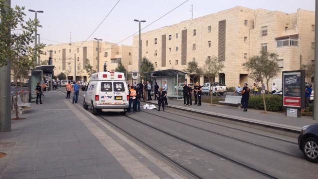 طواقم الإسعاف في موقع هجوم الطعن في حي بيسغات زئيف في القدس يوم الإثنين، 12 أكوبر، 2015. (الشرطة الإسرائيلية)