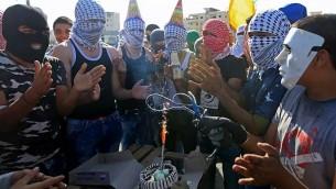 متظاهرون فلسطينيون يحتفلون بعيد ميلاد صديق اثناء مظاهرة (Twitter)