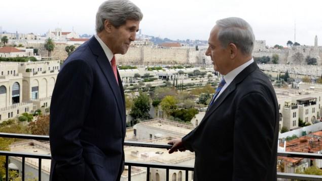 وزير الخارجية الأمريكي جون كيري، من اليسار، ورئيس الوزراء الإسرائيلي بينيامين نتنياهو خلال لقاء جمعهما في القدس، 6 أكتوبر، 2013. (Matty Stern/US Embassy Tel Aviv)