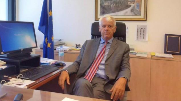 سفير الإتحاد الأوروبي في إسرائيل، لارس فابورغ-أندرسن، من كتبه في رمات غان، 21 سبتبمر، 2015. (Raphael Ahren/TOI)