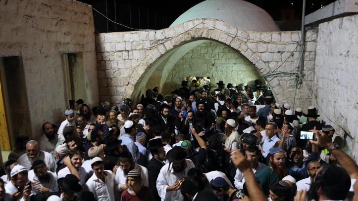 المئات من اليهود الأرثوذكس المتدينين يصلون بالقرب من قبر يوسف في مدينة نابلس بالضفة الغربية، 10 يونيو، 2013. (Yaakov Naumi/Flash90)