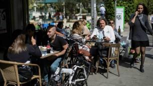 صورة توضيحية لإسرائيليين جالسين في مقهى في تل ابيب (Hadas Parush/Flash90)
