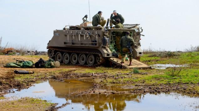 قوات إسرائيلية في هضبة الجولان، 19 يناير، 2015. (Basal Awidat/Flash90)