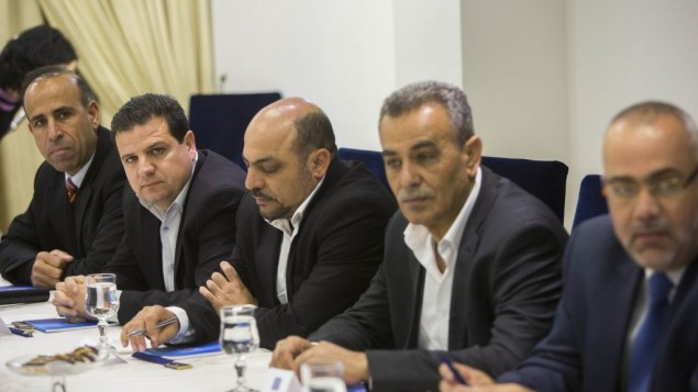 """أعضاء قي """"القائمة العربية المشتركة"""" خلال إجتماع مع الرئيس رؤوفين ريفلين في مقر إقمة الرئيس في القدس، 22 مارس، 2015. (Yonatan Sindel/Flash90)"""