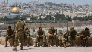 جنود اسرائليين في الاقدس مع الحرم الشريف في الخلفية، 21 ابريل 2014 (Yonatan Sindel/Flash90)