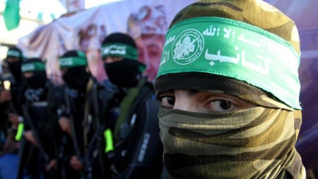 احد اعضاء وحدة قوات بحرية في كتائب عز الدين القسام، الجناح العسكري لحركة حماس، خلال مسيرة في رفح، جنوب قطاع غزة، 13 يوليو 2015 (Abed Rahim Khatib/Flash90)