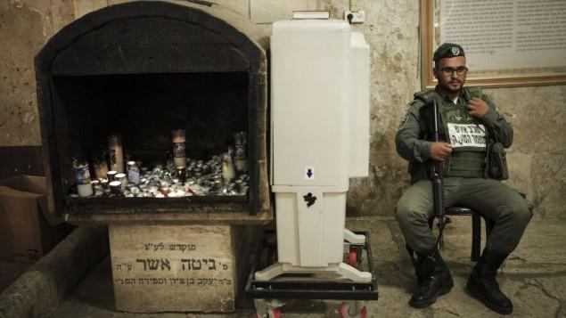 جندي اسرائيلي يحرس الحرم الإبراهيمي في الخليل، 13 سبتمبر 2015 (Flash90)
