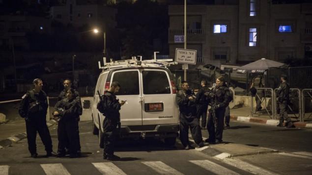 شرطة الحدود الإسرائيلية تغلق مدخل بلدة صور باهر، بالقرب من موقع الهجوم على سيارة الكساندر ليفلوفيتز، 16 سبتمبر 2015 (Hadas Parush/FLASH90)