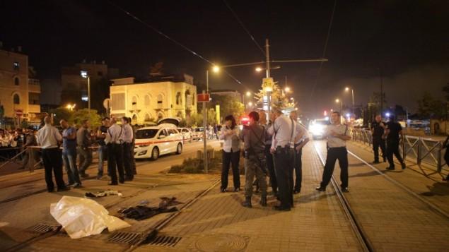 الشرطة الإسرائيلية بجانب جثة فادي علون منفذ الهجوم الفلسطيني الذي قام بطعن فتى إسرائيلي (15 عاما) خارج البلدة القديمة في مدينة القدس، 4 أكتوبر، 2015. (Flash90)