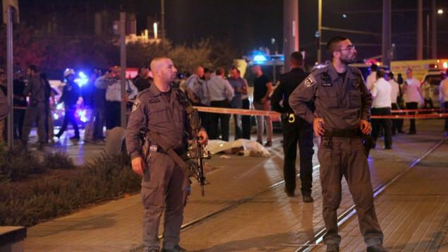 الشرطة الإسرائيلية بجانب جثة منفذ الهجوم الفلسطيني الذي قام بطعن فتى إسرائيلي (15 عاما) خارج البلدة القديمة في مدينة القدس، 4 أكتوبر، 2015. (Flash90)