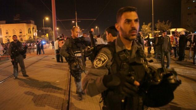 الشرطة الإسرائيلية في موقع الهجوم الذي تعرض فيه فتى إسرائيلي (15 عاما) للطعن على يد فلسطيني خارج البلدة القديمة في القدس في وقت باكر من صباح الأحد، 4 أكتوبر. (Flash90)
