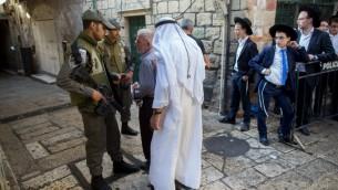 عناصر شرطة اسرائيلية يحرسون موقع حدوث هجوم في الليلة السابقة، 4 اكتوبر 2015 (Yonatan Sindel/Flash90)