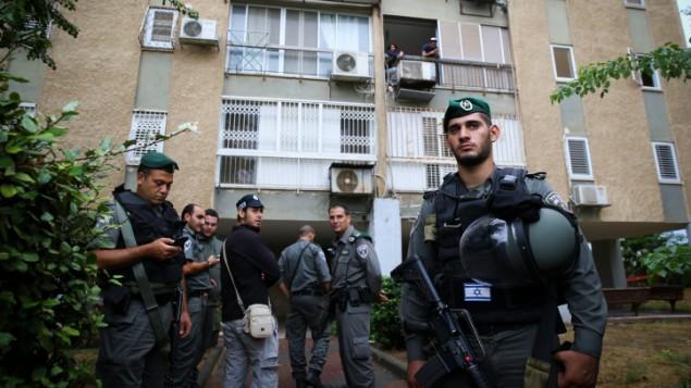 قوات الأمن امام مبنى سكني في مدينة كيريات غات الجنوبية حيث فر رجل فلسطيني طعن جندي اسرائيلي بعد الاستيلاء على سلاحه، 7 اكتوبر 2015 (FLASH90)