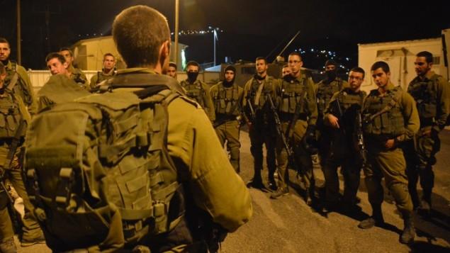 جنود اسرائيليين من وحدة 'جفعاتي' يتهيؤون لعملية ليلة في مدينة نابلس في الضفة الغربية، 7 اكتوبر 2015 (IDF Spokesperson/FLASH90)