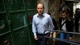 رئيس بلدية القدس نير بركات في الحي الإسلامي في البلدة القديمة، في أعقاب هجوم قامت به شابة فلسطينية بطعن رجل إسرائيل بالقرب من 'باب الأسباط' في 7 أكتوبر، 2015. (Yonatan Sindel/Flash90)