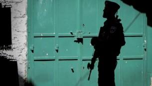 """شرطي من عناصر حرس الحدود في شارع في شارع """"طريق الآلام"""" في الحي الإسلامي للبلدة القديمة في القدس، 8 أكتوبر، 2015. (Yossi Zamir/Flash90)"""