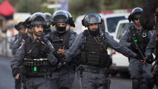 الشرطة الإسرائيلية في موقع هجوم طعن وقع عند باب العامود في البلدة القديمة بمدينة القدس في 10 أكتوبر، 2015. (Yonatan Sindel/Flash90)