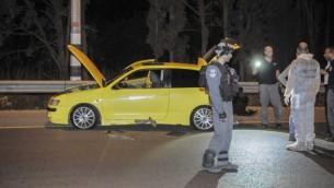 الشرطة الإسرائيلية تقوم بتفتيش موقع هجوم الطعن عند مفترق غان شموئيل على طريق رقم 65، شمال إسرائيل، 11 أكتوبر. في الهجوم أُصيبت جندية بجراح خطيرة، بينما أُصيب ثلاثة آخرين بجراح طفيفة. (Photo by Flash90)