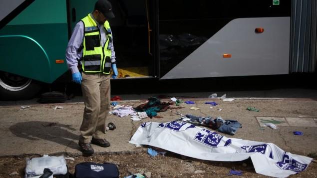 الحافلة بعد هجوم الطعن واطلاق النار صباح 13 اكتوبر 2015 القدس (فلاش 90)