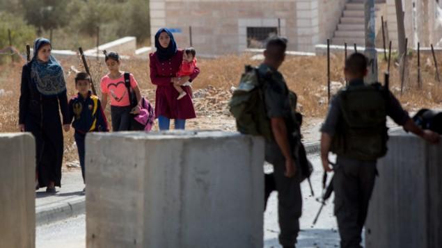 عناصر شرطة الحدود يحرسون حاجز في حي جبل المكبر في القدس الشرقية، 15 اكتوبر 2015 (Yonatan Sindel/Flash90)