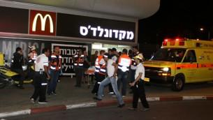عناصر الشرطة وطواقم الاسعاف في مكان هجوم طعن واطلاق نار في المحطة المركزية في بئر السبع، 18 اكتوبر 2015 (Meir Even Haim/Flash90)