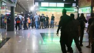 عناصر شرطة وطواقم إسعاف في موقع هجوم إطلاق النار والطعن في محطة الحافلات المركزية في مدينة بئر السبع الجنوبية، 18 أكتوبر، 2015. (Meir Even Haim/Flash90)