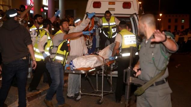 طاقم اسعاف 'زاكا' يخلون جثمان رجل قتل برصاص جنود اسرائيليين في القدس بعد ان هاجمهم، 21 اكتوبر 2015 (Hadas Parush/Flash90)