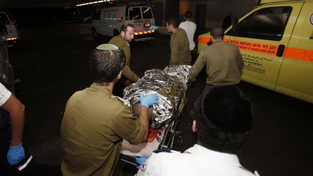 سيارة إسعاف تنقل جندي إسرائيلي مصاب إلى مستشفى شعاري تسيدك في القدس في 21 أكتوبر، 2015، بعد هجوم دهس بالقرب من قرية بيت عمر. (Yonatan Sindel/Flash90)