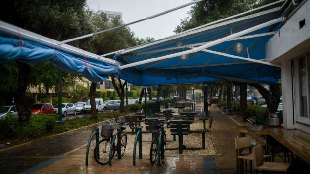 مقاهي فارغة في جادة بن غوريون في تل ابيب اثناء عاصفة، 25 اكتوبر 2015 (Ben Kelmer/Flash90)