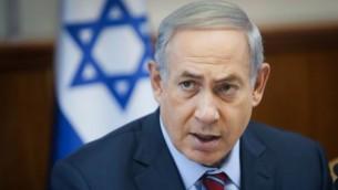 رئيس الوزراء بينيامين نتنياهو يترأس الجلسة الأسبوعية لحكومته في القدس، 25 أكتوبر، 2015. (Alex Kolomoisky/POOL)