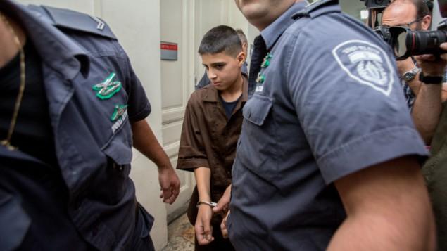 احمد مناصرة، الفلسطيني البالغ 13 عاما، محاط بحراس في محكمة الصلح في القدس، 25 اكتوبر 2015 (Yonatan Sindel/Flash90)