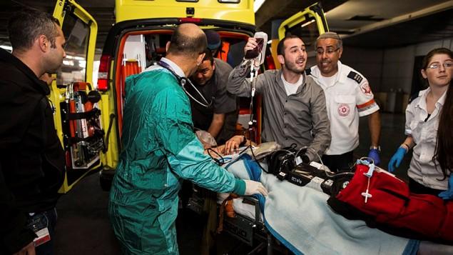 مسعفون ينقلون جريحا إسرائيليا إلى غرفة الطورارئ في مركز 'شعاري تسيدك' الطبي في 26 أكتوبر، 2015، بعد أن قام فلسطيني بطعنه بالقرب من مدينة الخليل في الضفة الغربية. (Yonatan Sindel/Flash90)