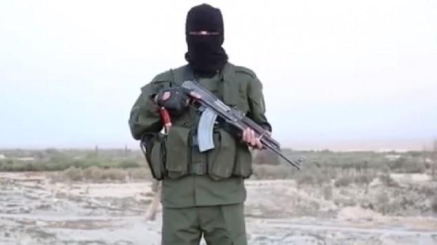 """لقطة شاشة من شريط فيديو جديد لتنظيم """"الدولة الإسلامية"""" يحذر فيه الإسرائيليين من أنه """"لن يبقى يهودي واحد"""" في إسرائيل، أكتوبر 2015. (لقطة شاشة: YouTube)"""